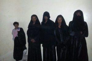 بالصور: اعتقال أربعة اثيوبيين متنكرين بزي نسائي في نقطة تفتيش بذمار.