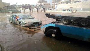 """شرطة السير بأمانة العاصمة تنتشل خمس سيارات من الغرق في سايلة صنعاء""""صورة"""""""