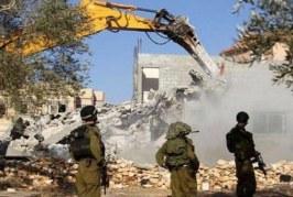 قوات الاحتلال تهدم 8 منازل وتصيب ثلاثة شبان في الخليل