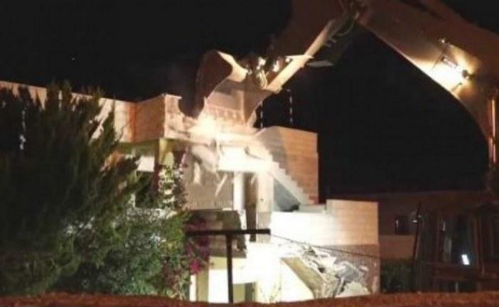 """قوات العدو الصهيوني تهدم منزل أحد منفذي عملية """"ايتمار"""" شرقي نابلس"""
