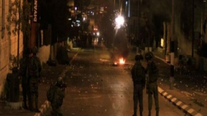 العدو الصهيوني يداهم منازل 3 شهداء فلسطينيين