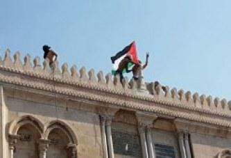 بالصور : المصلين يدخلون الأقصى ويصلون ويرفعون علم فلسطين