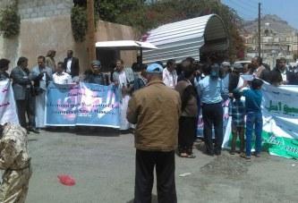 بالصور : وقفة لأهالي الأسرى أمام مقر اللجنة الدولية للصليب الأحمر بصنعاء