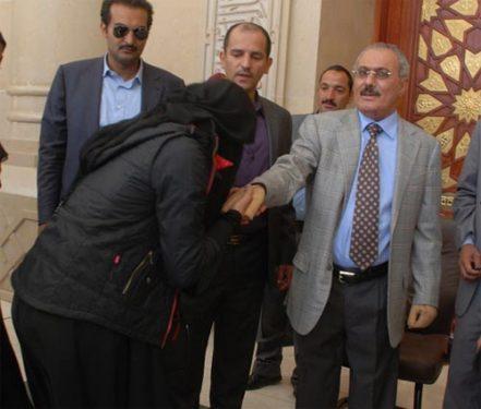 """صورة تقبيل إحدى الفتيات يد""""علي عبدالله صالح""""  ..تشعل شبكات التواصل الاجتماعي"""