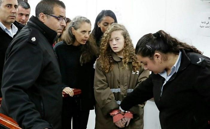 """""""بالفيديو"""" الإفراج عن الفلسطينية عهد التميمى بعد اعتقالها لصفعها جنديين إسرائيليين"""